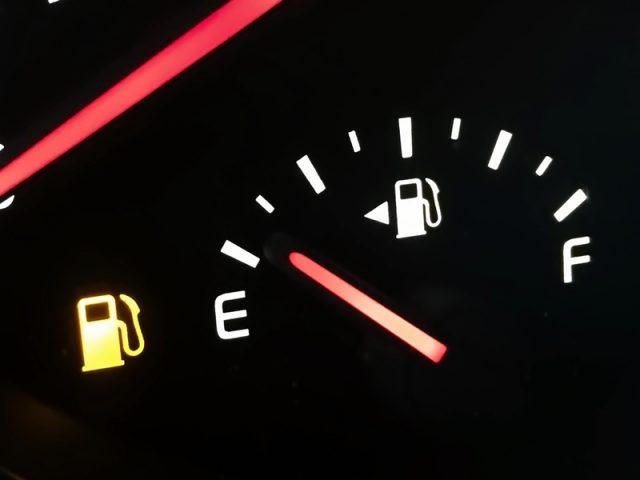 น้ำมันเหลือน้อยในสถานการณ์รถติด กับ 5 วิธีแก้ ที่จะยืดเวลาให้คุณไปถึงปั๊มน้ำมัน